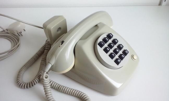 T65 met spreekversterker, druktoetsunit en extra telefoon